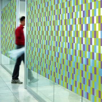 En intérieur ou en extérieur : le design mural pour personnaliser les murs et les surfaces vitrées.
