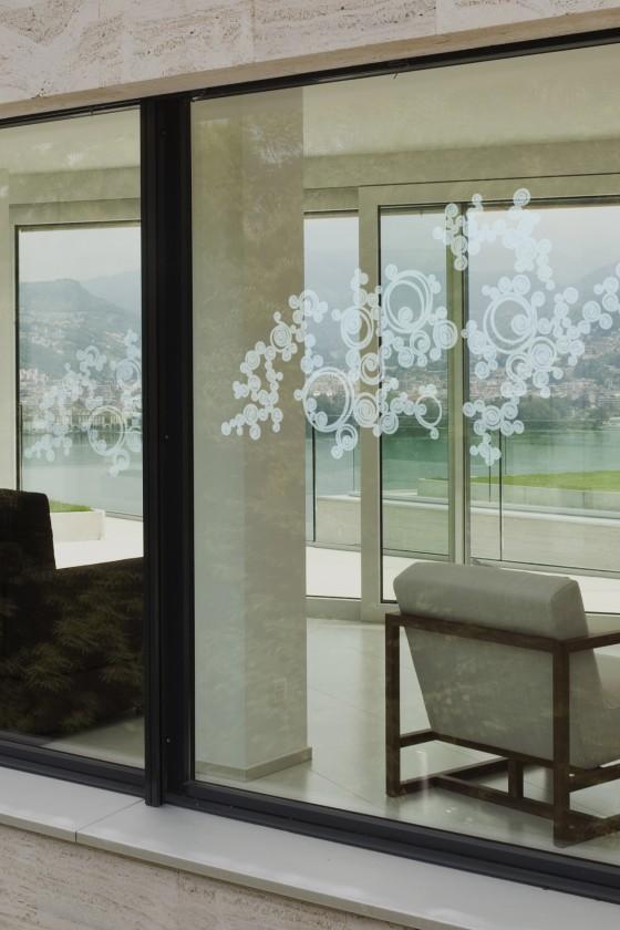 Sticker effet verre dépoli pour ces volutes sur vitres. Design Sophie Briand-Collet