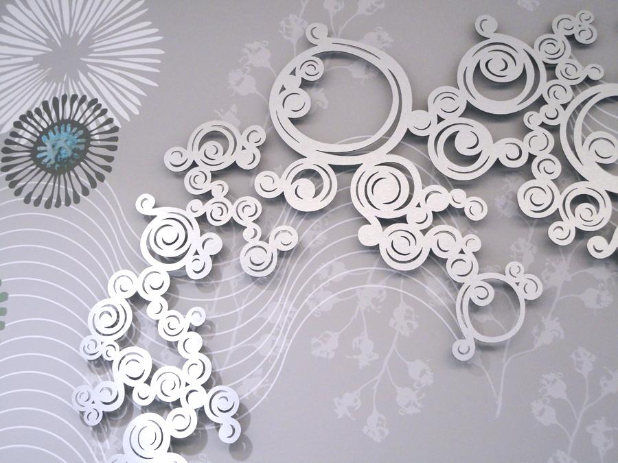 Décor en relief, décoration mural en métal découpé, décoration ornementale, ensemble décoratif. Design mural de Sophie Briand.