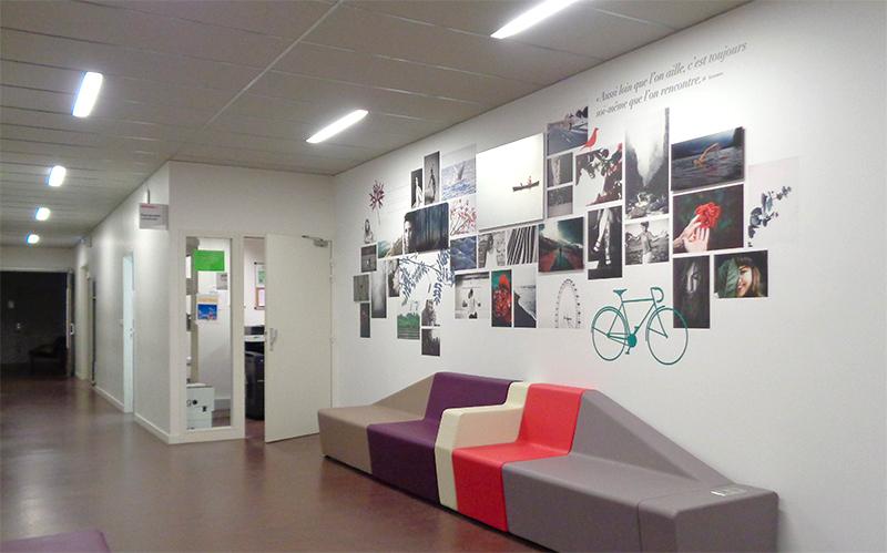 Pêle-mêle panoramique autour de la citation «Aussi loin que l'on aille, c'est toujours soi-même que l'on rencontre». Rousseau. Design Sophie Briand-Collet pour l'Université Rennes 2.